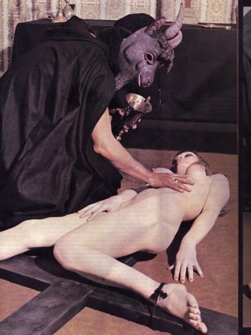 satanic-nude-ritual